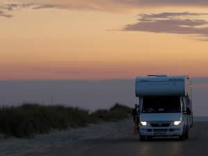 Camper in Denemarken zonsondergang