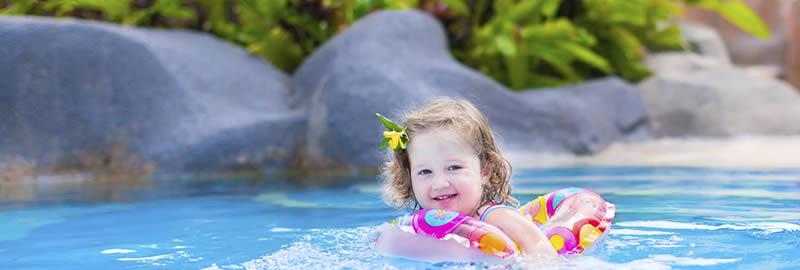 Subtropisch zwembad met kinderen