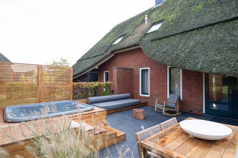 Hof van Saksen in Drenthe, een luxe vakantiepark in Nederland, met veel wellness en groot aquapark voor eindeloos zwemplezier.